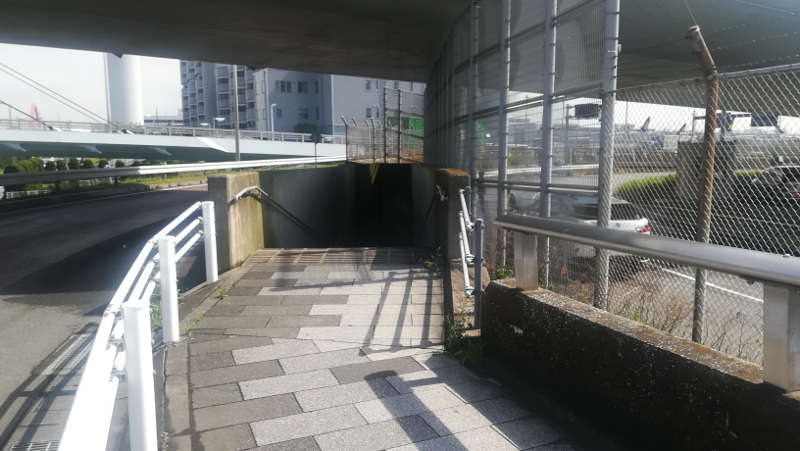 羽田空港・西貨物ターミナル前、地下道入り口