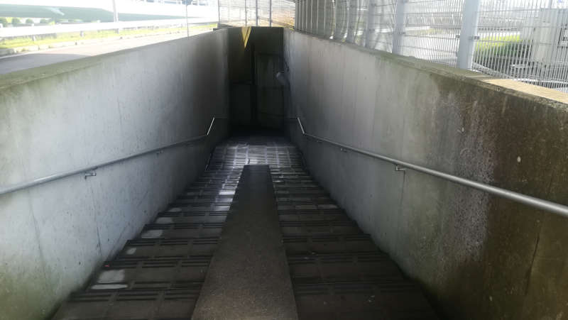 羽田空港・西貨物ターミナル前、地下道階段