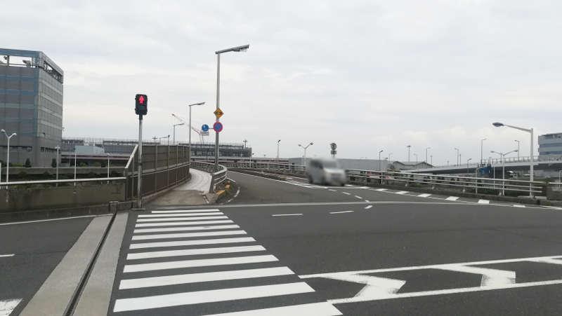 羽田空港・西貨物ターミナル前・信号横断歩道